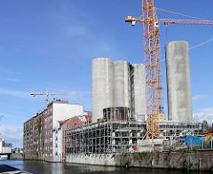 Blick über den Westlichen Bahnhofskanal;  die Silos am Schellerdamm werden zu einem Bürogebäude umgebaut. (2002)