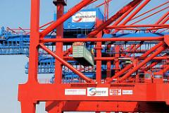 Containerkräne EUROGATE im Hamburger Hafen - ein Container wird an Land transportiert.