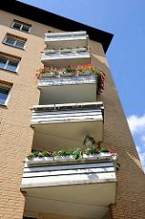 Balkons eines mehrstöckigen Wohnhauses in Hamburg Hamm.