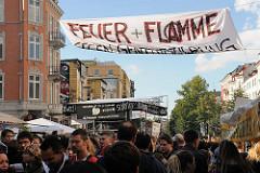 Spruchband / Transparent: FEUER UND FLAMME gegen Gentrifizierung.