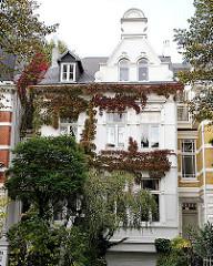 Stadtvilla in Hamburg Hohenfelde - die Fassade ist mit wildem Wein bewachsen - die Blätter haben rote Herbstfärbung.