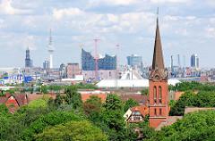 Blick zur Emmauskirche in Hamburg Wilhelmsburg - im Hintergrund die Skyline der Hansestadt Hamburg - Elbphilharmonie, Michel und Fernsehturm.