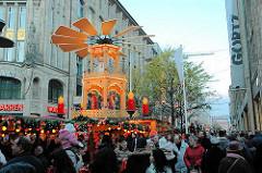 Weihnachtsschmuck und Weihnachtsmarkt Spitaler Strasse - Glühweinstand mit beleuchteter grosser Weihnachtspyramide. Stadtteilbilder aus der Hamburger Altstadt.
