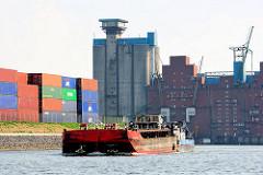 Schubschiff mit Schute im Reiherstieg - im Hintergrund Industriegebäude auf der Rethe - Rethespeicher.