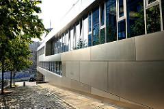 Moderne Architektur Grosse Elbstrasse / Sandberg; Metallfassade an einem Neubau.