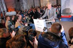 Rede des Ersten Bürgermeisters Hamburgs Ole von Beust zur Grundsteinlegung der Elbphilharmonie April 2007 - Medienrummel; Fotografen, Journalisten u. Fernsehen drängen sich um das Rednerpult.