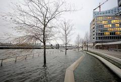 Sturmflut im Hamburger Hafen - Hochwasser im Grasbrookhafen der Hafencity; die Terrassen stehen unter Wasser.