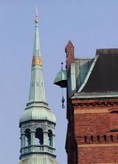Kupferturm der St. Katharinenkirche und Kupferdach eines Speichergebäudes in der Speicherstadt Hamburg.