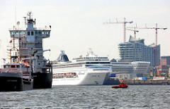Blick über die Norderelbe zum Kreuzfahrtterminal Hafencity - Baustelle der Elbphilharmonie.