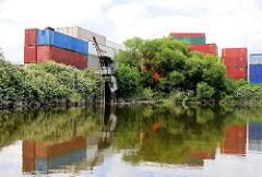 Historischer Kran - Containerstapel am Ufer des Schmidtkanals in Hamburg Wilhelmsburg.