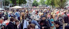 Strassenfest in Hamburg Eppendorf - grösstes Stadtteilfest Hamburgs mit ca. 250 000 Besuchern. Gedränge auf dem Flohmarkt vom Strassenfest in Hamburg Eppendorf.