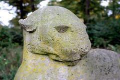 Steinskulptur liegender Panter am Eingang Alte Wöhr des Hamburger Stadtparks - Künstler Hans Martin Ruwoldt, Muschelkalk 1927.