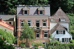 Mehrstöckiges Wohngebäude und Einzelhäuser im Hamburger Stadtteil Blankenese.