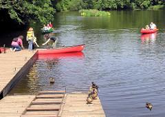 Kanus legen an der Poppenbüttler Schleuse an der Alster in Hamburg Poppenbüttel an.