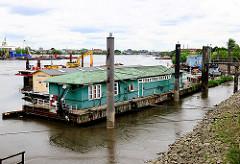 Hausboote bei Ebbe im Spreehafen am Potsdamer Ufer - die Wohnschiffe liegen trocken im Schlick.