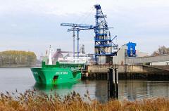 Die Ladung des Frachtschiffs ARKLOW BRIDGE wird im Hamburger Dradenauhafen gelöscht und über eine Förderanlage in die Hamburger Aluminiumwerke transportiert.
