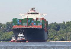 Das 306m lange und 40m breite Containerschiff HATTA läuft den Hamburger Hafen an. Das Frachtschiff hat eine Tragfähigkeit von 85614 t und kann 6435 TEU Container transportieren.