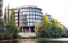Bürogebäude am Hochwasserbassin - Büros am Heidenkampsweg in Hamburg Hammerbrook.