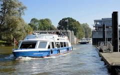 Das Fahrgastschiff Serrahn Star verlässt die Tatenberger Schleuse und fährt Richtung Norderelbe.