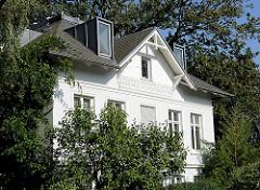 Historische Architektur der Gründerzeit mit modernen Erkerfenstern / Dachfenstern.