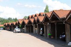 Carports / Garagen vor Wohnhäusern n Hamburg Neuallermöhe - Stadtteil im Bezirk Hamburg Bergedorf.