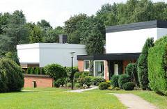 Architektur aus den Hamburger Stadtteilen - Einzelhäuser in Hamburg Lohbrügge - Grünpflanzen, Hecken und Bäume.