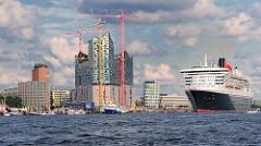 Baustelle der Elbphilharmonie mit Baukränen - Bürogebäude an der Kehrwiederspitze; das Kreuzfahrtschiff QUEEN MARY läuft aus. (2011)