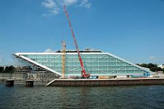 Baustelle Dockland - Baukran, Verglasung und Baugerüst. (2005)