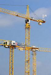 Baukräne auf einer Baustelle in Hamburg Ottensen - Wohnungsbau in der Hansestadt Hamburg.