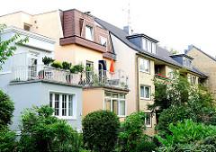 Stadtvillen mit farbiger Fassade und Terrassen - Wohnblock mit gelbem Klinker verkleideter Fassade.