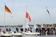 Zuschauer und Boote am Steg des HSC - Segelregatta Alster-Glocke.