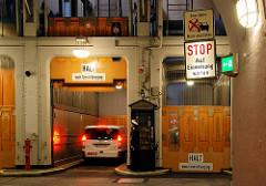 Autofahrstuhl, KFZ-Aufzug im alten Elbtunnel bei den St. Pauli Landungsbrücken - ein Fahrzeug ist in den Lift eingefahrten.