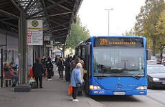 Verkehrsknotenpunkt Eidelstedter Marktplatz Bushaltestelle Fahrgäste.