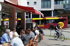 Strassenrestaurant in der Körnerstrasse - ein Gelenkbus der HVV fährt im Mühlenkamp Richtung Gertigstrasse.