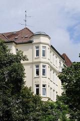 Erker über den Bäumen von Winterhude - Wohngebäude in der Gertigstrasse.