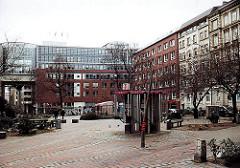 Blick auf den alten Gertrudenkirchhof im Hamburger Stadtteil Altstadt - Telefonzellen und Sitzbänke ( 2001 )