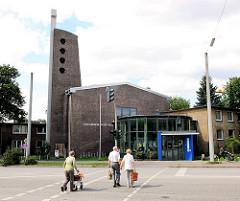 Bilder aus den Hamburger Stadtteilen - Christuskirche in Hamburg Hamm; Fussgänger überqueren die Strasse.