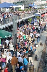 Menschenmenge an den St. Pauli Landungsbrücken - die Besucher des Hamburger Hafengeburtstages beobachten das Anlegen eines Schiffs.