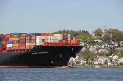 Schiffsbug der OSAKA EXPRESS mit Container beladen auf der Elbe - Häuser und Süllberg von Blankenese.