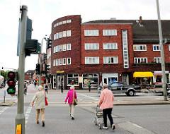 Fussgängerüberweg bei der Vogt-Wells-Strasse / Siemersplatz in Hamburg Lokstedt.