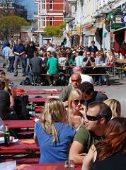 Leben in Hamburg - Geniessen der Sonne im Schanzenviertel - Cafés und Restaurants mit Tischen auf der Strasse.