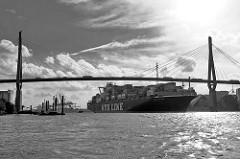 Der Containerfrachter NYK ALTAIR unter der Köhlbrandbrücke im Hamburger Hafen - das Schiff hat das Containerterminal Altenwerder verlassen und fährt Richtung Elbe.