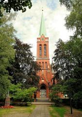Kirchturm und Eingang der 1899 erbauten Erlöserkirche im Hamburger Stadtteil Lohbrügge.