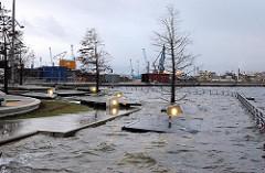Hochwasser im Grasbrookhafen der Hamburger Hafencity - die Sitzbänke sind vom Elbwasser überspült.
