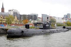 Ehem. Russisches U-Boot U 434 am Ufer vor dem Hamburger Stadtteil St. Paul - lks. der Kirchturm der St. Paul Kirche.