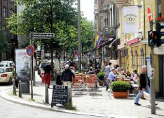 Lange Reihe Ecke Schmilinskstrasse; Restaurant vor dem Haus in der Sonne.