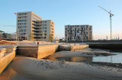 Bau der Magellan Terrassen in der Hamburger Hafencity / Sandtorhafen; das historische Hafenbecken ist stark versandet. (2005)