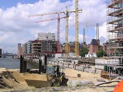 Baustelle in der Hamburger Hafencity - Baukräne am Ufer des Sandtorhafen - re. das Kesselhaus in der Speicherstadt mit den nachempfundenen Schornsteinen. (2004)