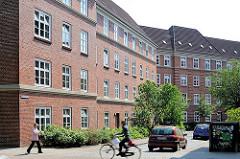 Ruhiges Wohnen in Hamburg - Seitenstrasse der Wohnanlage Leverkusenstieg, Bessemerweg. Fussgänger + Radfahrer.