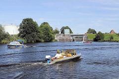 Sportboote auf der Dove-Elbe vor der Krapphofschleuse.